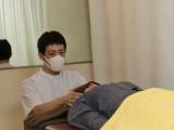たんぽぽ院長 施術中はマスクを着用
